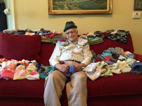 86-летний Эд Мозли вяжет шапочки для недоношенных детей