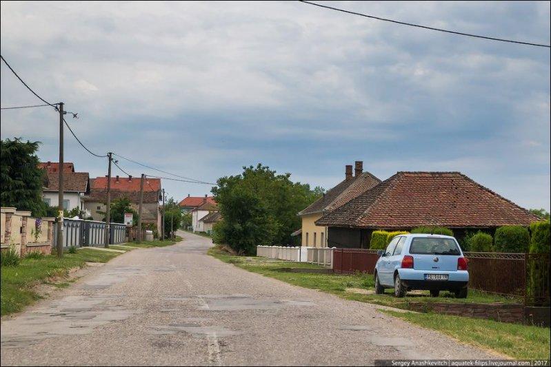 В глухих деревнях вдали от основных трасс дороги несколько хуже, часто с множеством латок, но все же без ям и выбоин. авто, автопутешествие, движение, дороги, путешествие, сербия, фото, фоторепортаж
