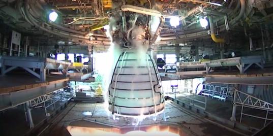 НАСА показало видео испытаний двигателя сверхтяжелой ракеты
