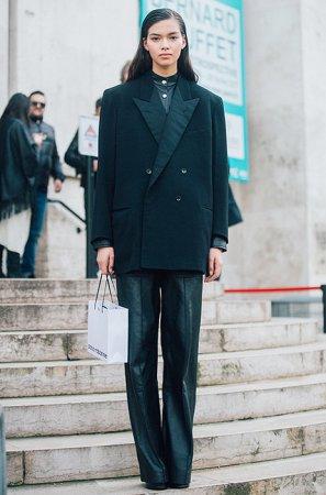 Как носить черный тотал-лук и не выглядеть скучно?