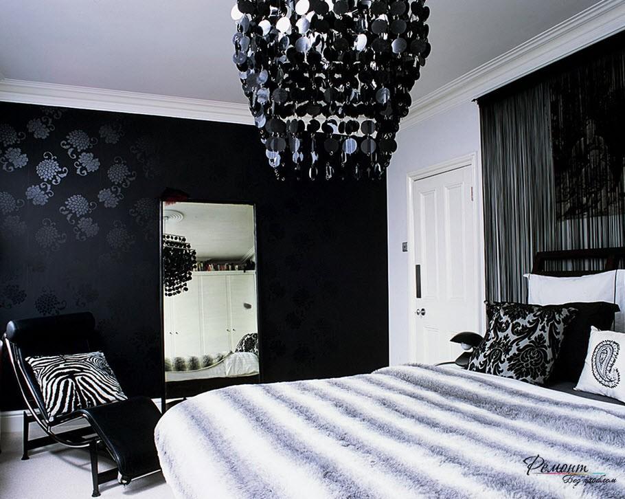 На черной стене вешается зеркало - любимый прием дизайнеров