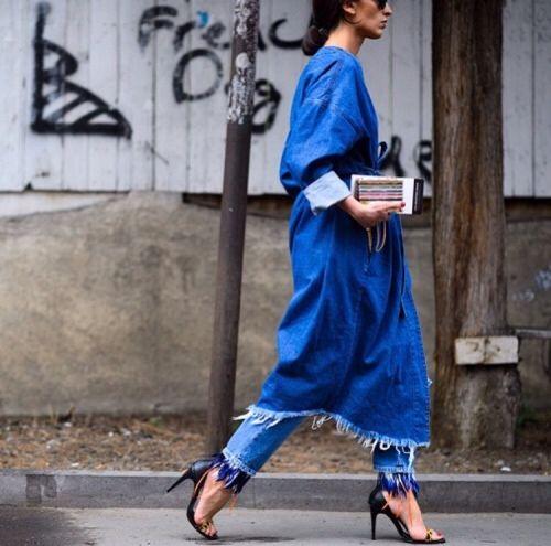 С чем носить стильный джинсовый плащ в 2017: сногсшибательные образы