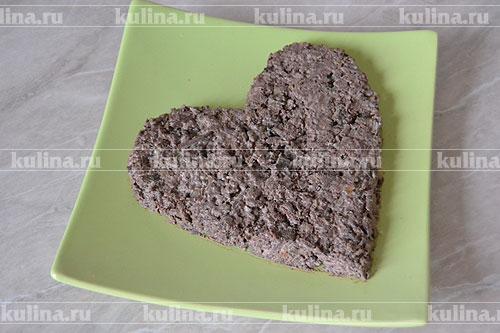 Теперь печенку с майонезом выкладываем на плоскую тарелку, придавая печеночной массе форму сердца.