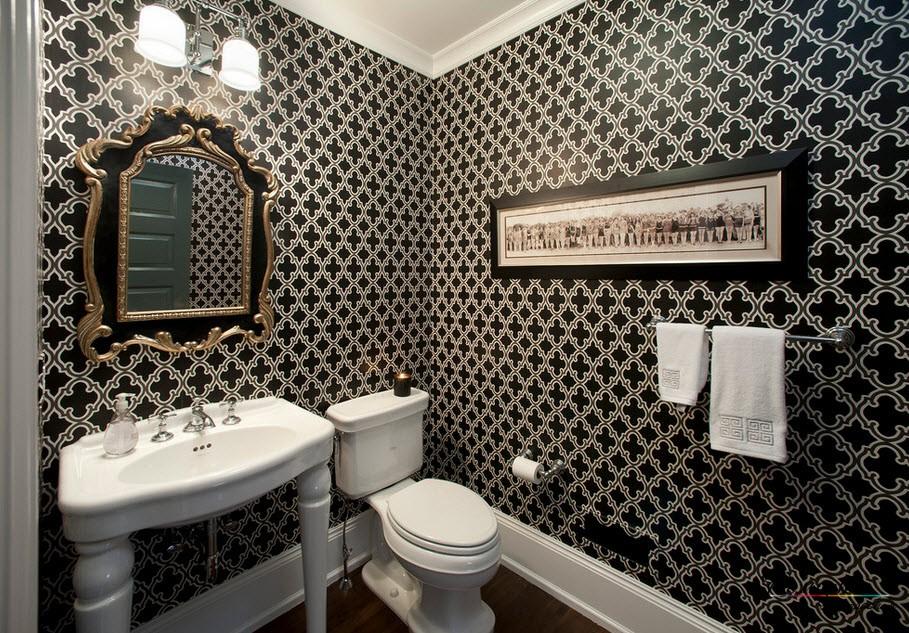 Обои с черно-белым рисунком в эффектном интерьере ванной комнаты