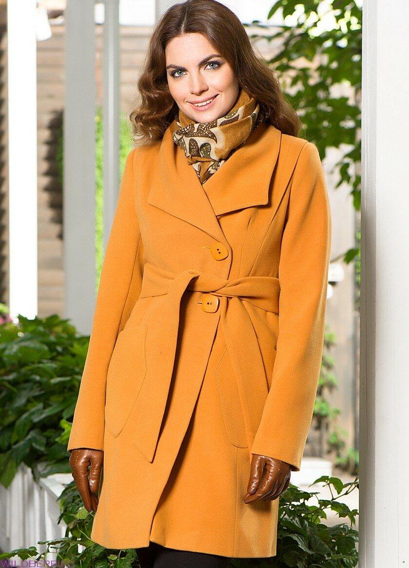 Молодая женщина в горчичном пальто. /Фото: womanadvice.ru