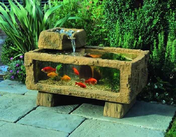 Во дворе можно соорудить аквариум из шлакоблоков, который отлично впишется в общий экстерьер.