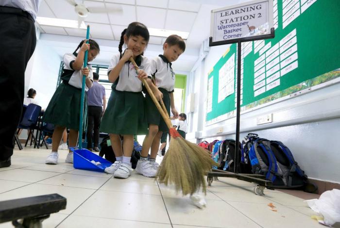 Ученики вместо уборщиков. | Фото: Пикабу.