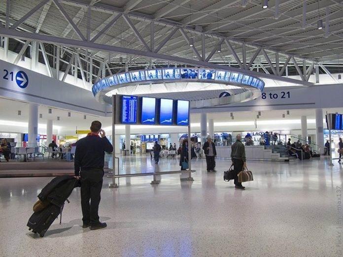 Диалог в аэропорту при паспортном контроле