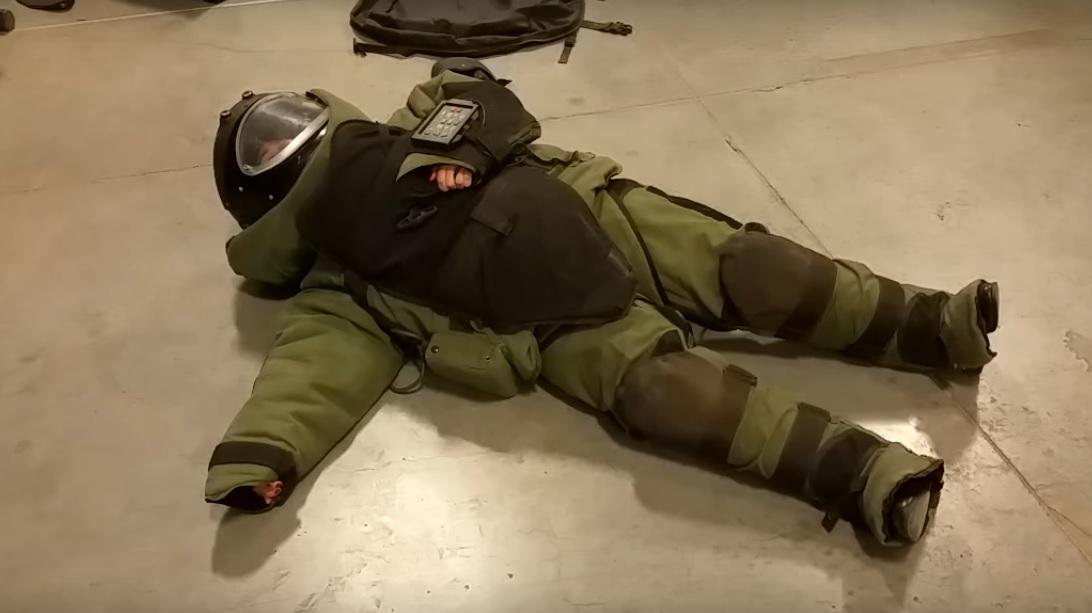 «Прямо как черепаха»: девушка примерила 36-килограммовый костюм сапёра