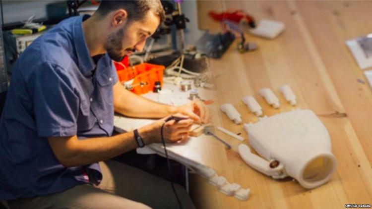 Белорусский программист создал недорогой протез руки для своего отца