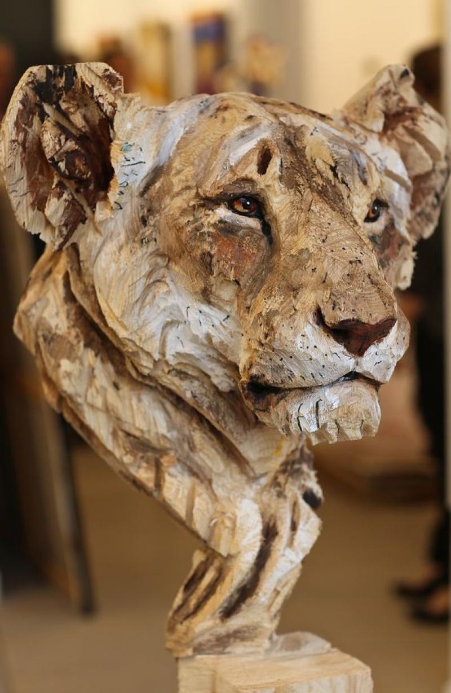 Скульптор создаёт  работы с помощью бензопилы