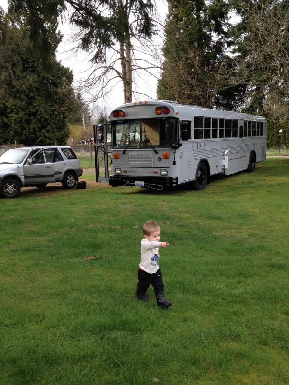 Семья из пяти человек переехала жить в старый школьный автобус