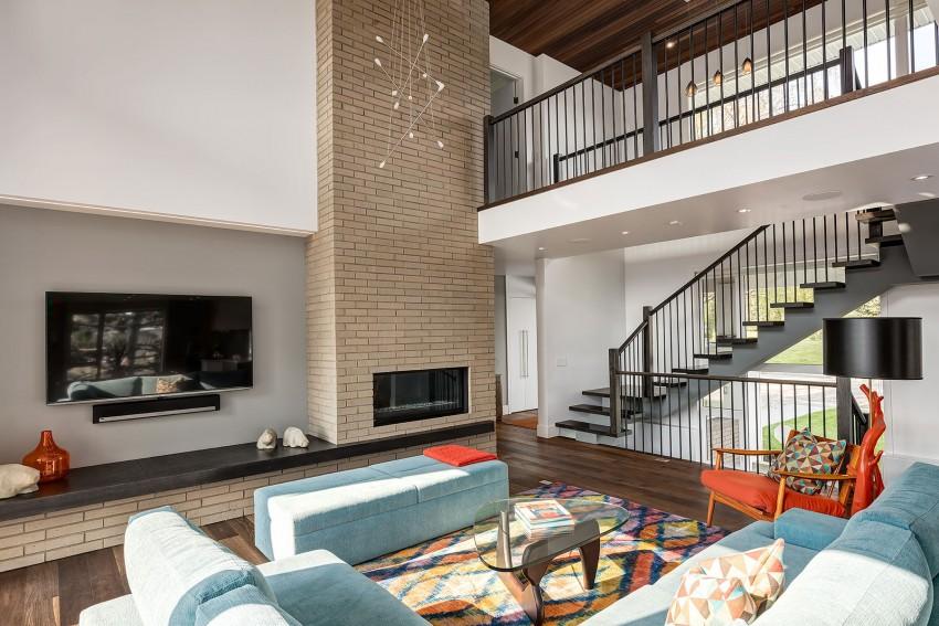 Современный и уютный дизайн гостиной с камином