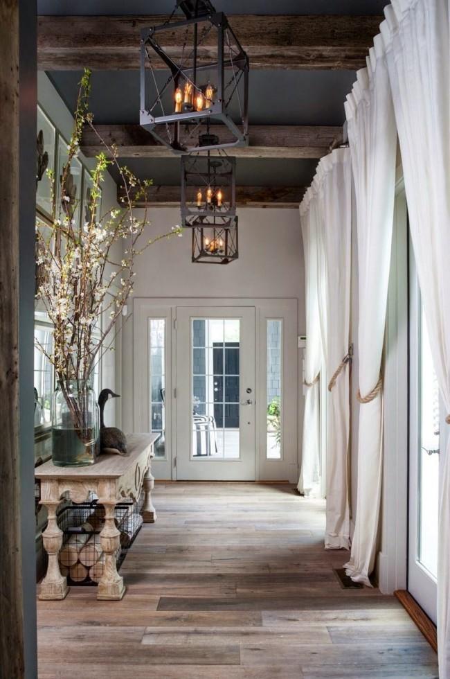 Великолепный коридор с высокими темными потолками