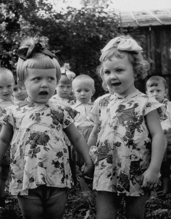 Две девочки поющие в детском саду. СССР, Москва, 1956 год.