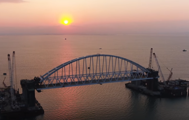 Железнодорожную арку Крымского моста подняли на проектную высоту