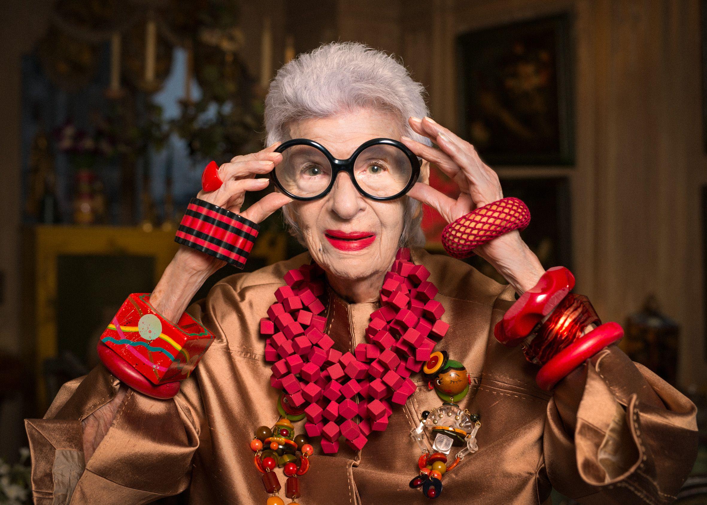 Восьмидесятилетняя старушка с синими волосами сидела у нотариуса и болтала ногами...