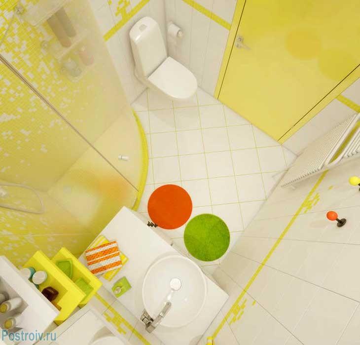 Зеленый и красный коврики в ванной делают ванную комнату еще интересней. Фото
