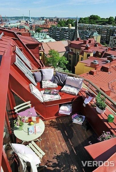 Свой уголок на крыше дома.