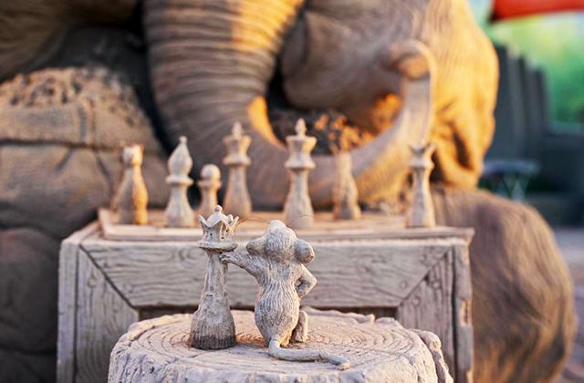 мышь и слон играют в шахматы