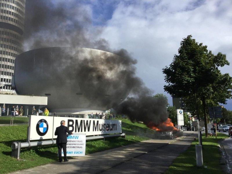 Мужчина сжег BMW напротив главного музея марки