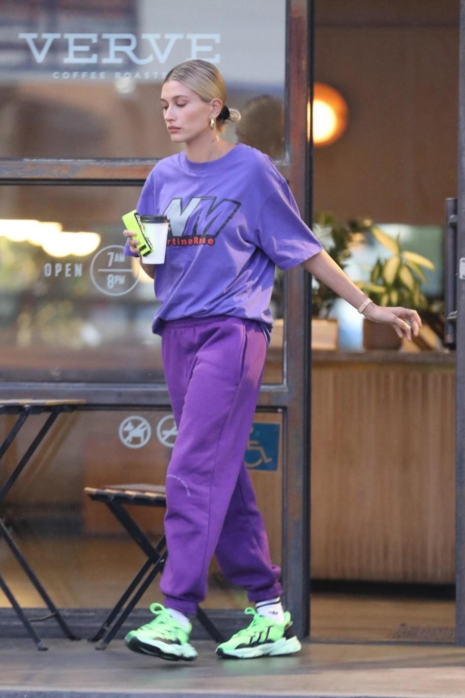 Хейли Бибер в самых модных кроссовках лета