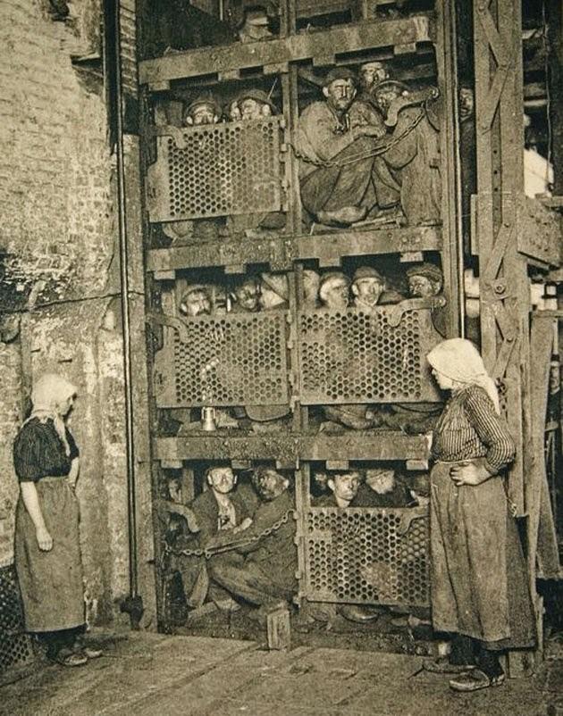 21. Бельгийские шахтеры в лифте, перед спуском в шахту, 1900 год. история, фото