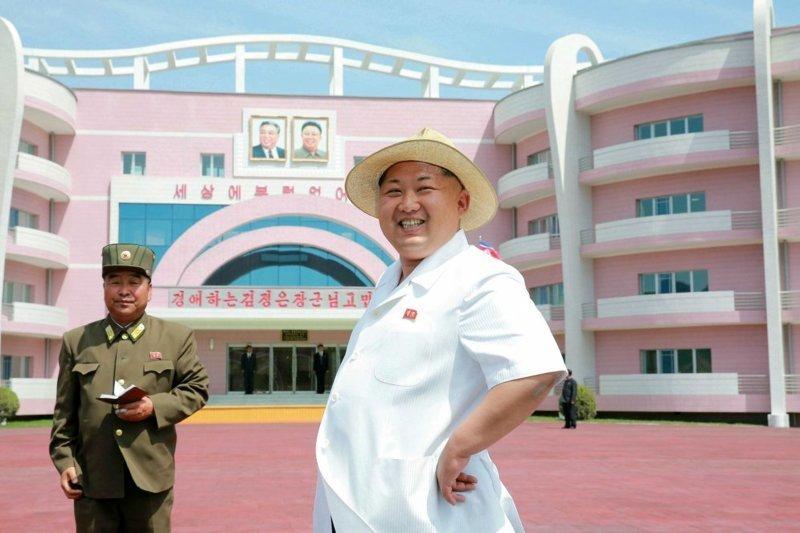 Великий руководитель на фоне прекрасного нового детского дома архитектура, здание, красота, мире, северная корея