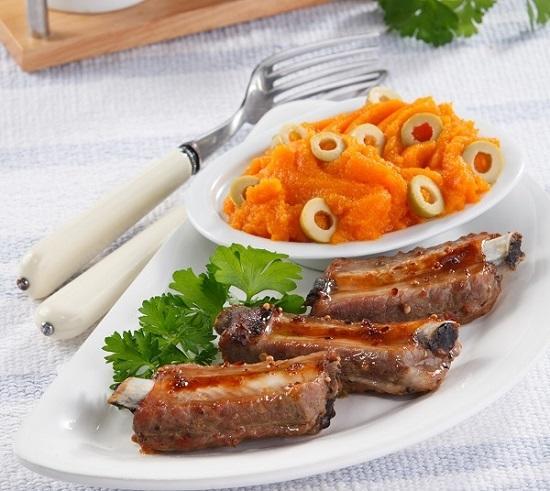 Ароматные свиные ребрышки с морковным пюре/Фото: Олег Кулагин/BurdaMedia