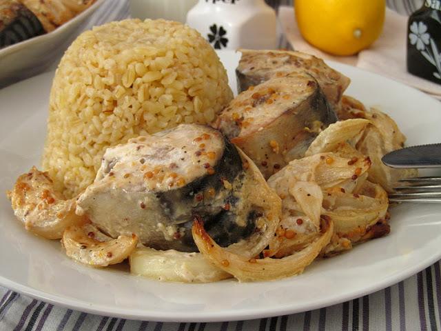 Очень сочная рыбка, запеченная с лучком в пикантном горчичном соусе!
