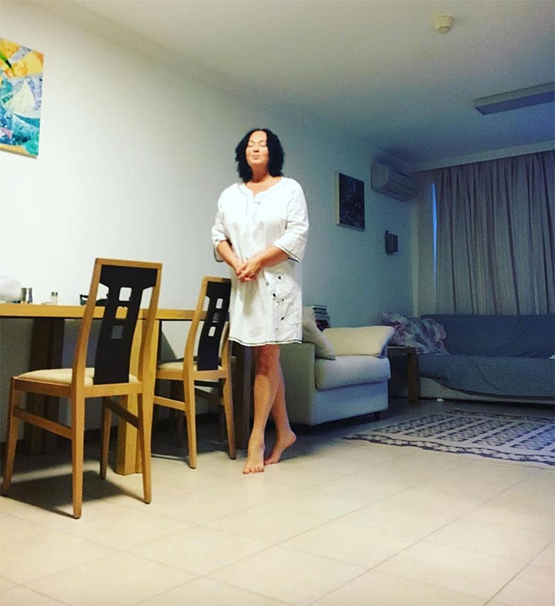 Гузеева в своей болгарской гостиной. Фото: instagram.com/_larisa_guzeeva_
