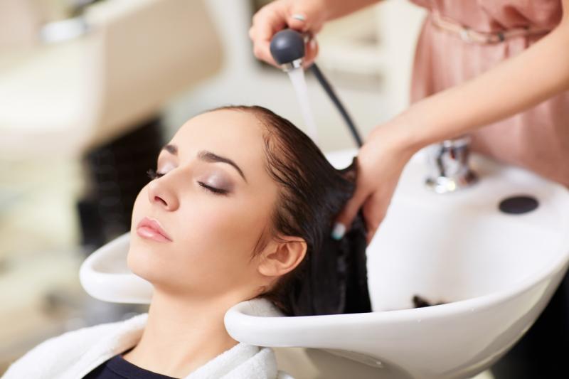Как инсульт связан с мытьем волос в парикмахерской?