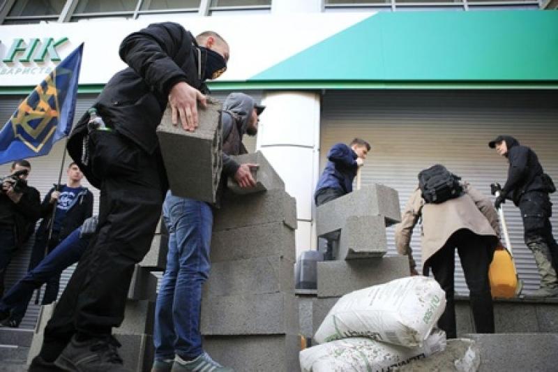 Днепропетровский Сбербанк в осаде: каратели «Азова» забетонировали его вместе с сотрудниками