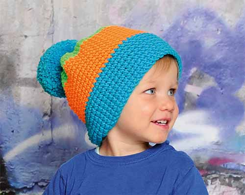 трехцветная шапочка с помпоном