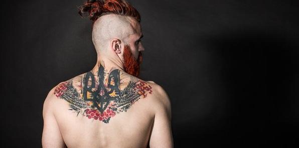 Мужчина с татуировкой Золотого тризуба
