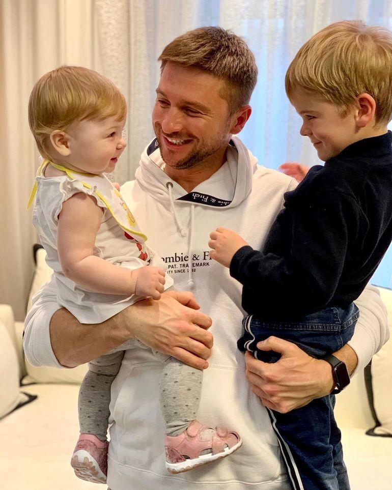 «Папа приехал»: Лазарев опубликовал новые трогательные фото с дочкой и сыном