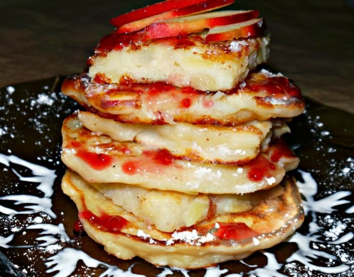 Творожные оладьи с яблоками: отличный вариант для завтрака