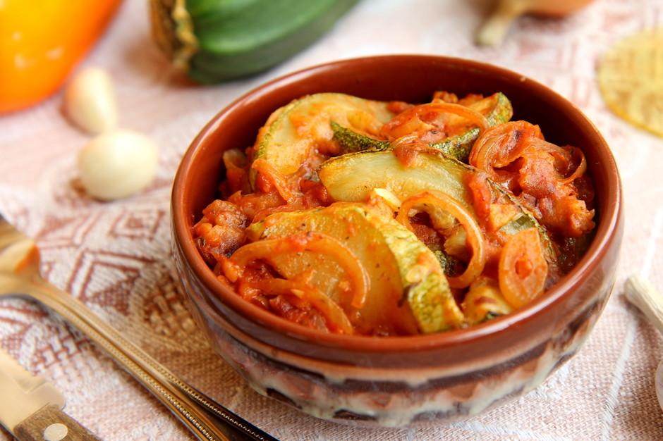 Кабачки в томатно-луковом соусе. Очень вкусно!