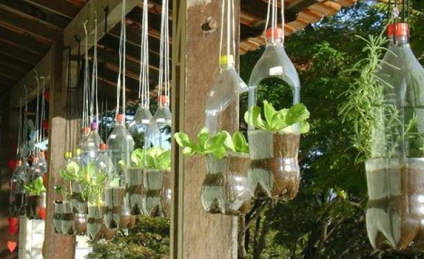 Подвесные клумбы из пластиковых бутылок своими руками