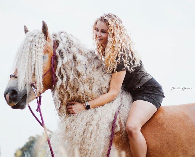 Жительница Голландии показала миру свою лошадь с поразительно длинной гривой, будто из сказки