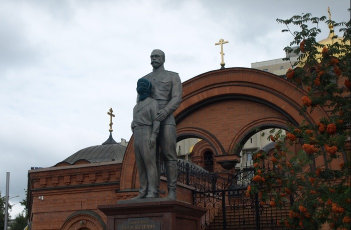 В Новосибирске мужчина с топором атаковал памятник Николаю II