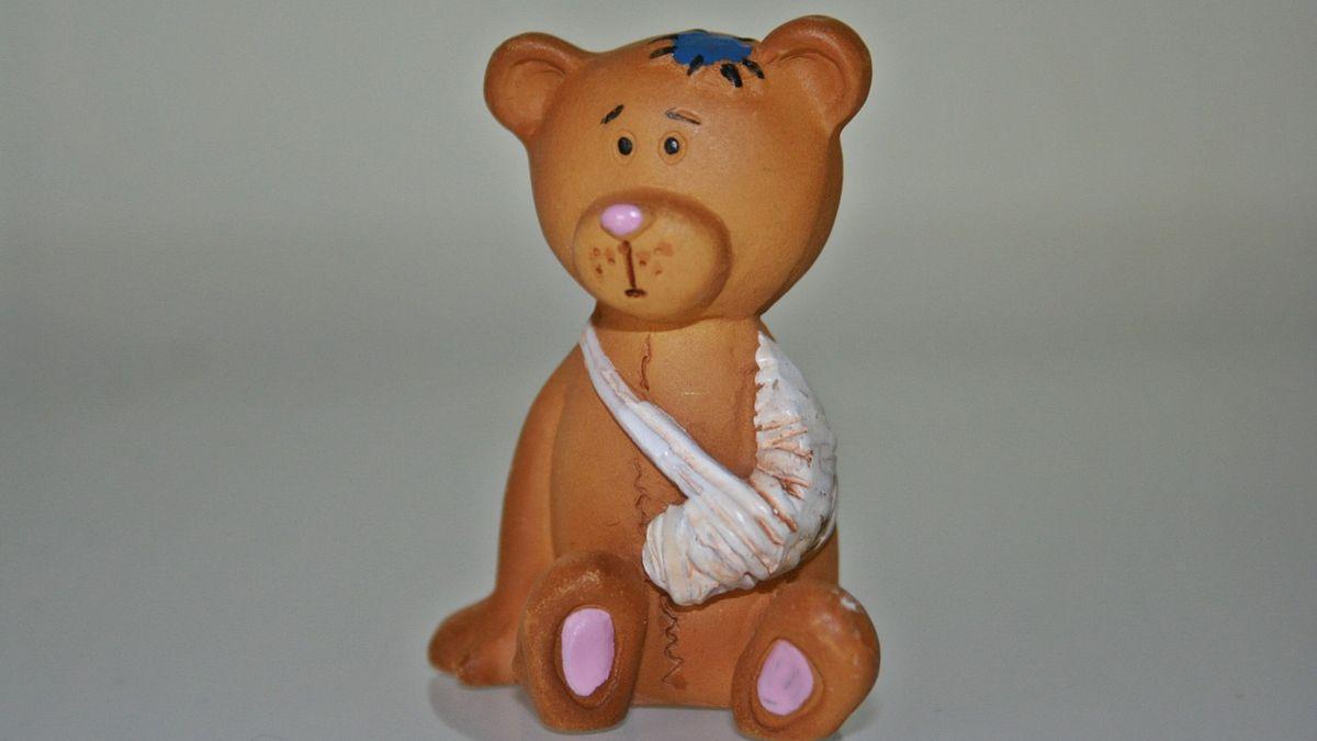 Ребёнок бьёт собственные игрушки. Стоит ли начать беспокоиться?