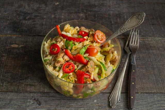 Перемешиваем салат из капусты и свинины и сразу подаём на стол