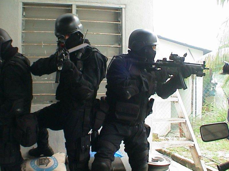 Французский спецназ ошибся дверью и взял штурмом не ту квартиру-4 фото + 4 видео-