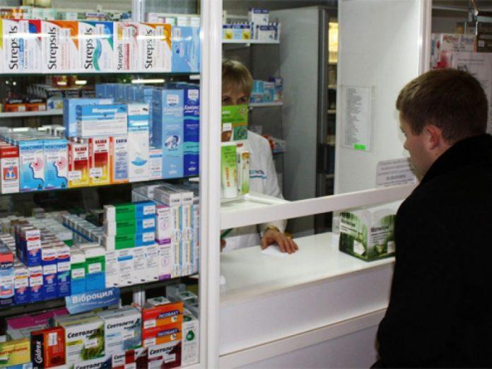 Муж с женой зашли в аптеку к…