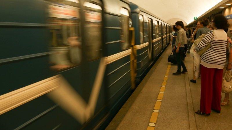 Установлена личность молодого человека, упавшего на рельсы в метро Петербурга