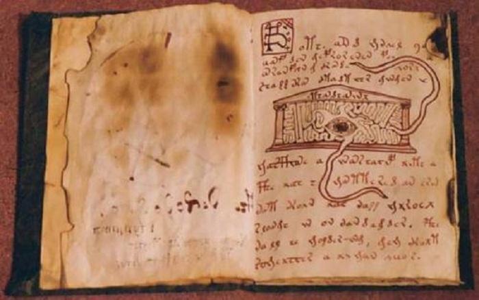 Оккультная книга De vermis mysteriis. | Фото: evmenov37.ru.