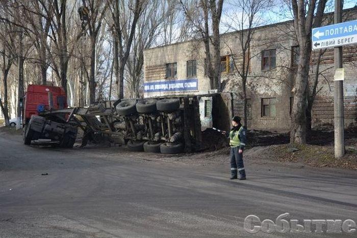 В Каменском перевернулся грузовик с фекалиями, забрызгав сервисный центр МВД