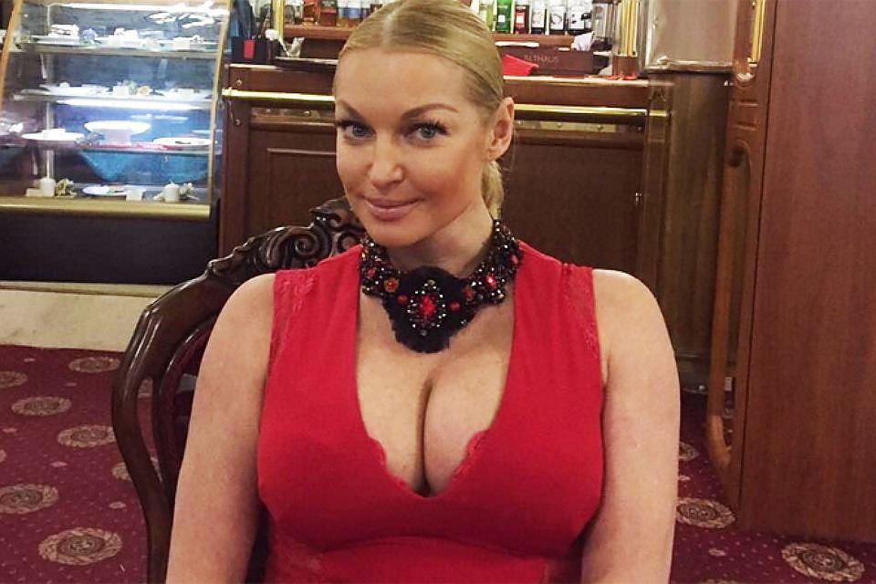 Первый шпагат 2018 года! Волочкова поздравила россиян с Новым годом!