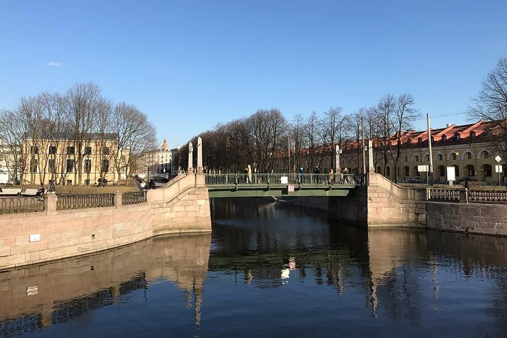 Нафото хорошо виден Красногвардейский мост через канал Грибоедова, азаним— Ново-Никольский